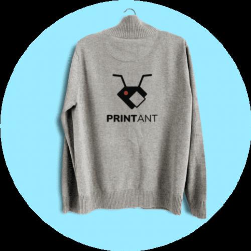 Įvairių dydžių ir spalvų marškinėliai ir džemperiai su spauda